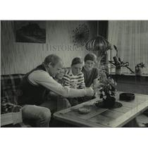 1985 Press Photo Danish Family, Finn Larsen and his Family enjoy time together