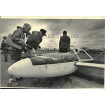 1985 Press Photo Visitors at Fly-in looking at N33BX Monerai plane, Wisconsin
