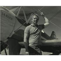 1985 Press Photo Steve Wolf & his plane at Experimental Aircraft Association