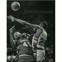 1985 Press Photo Milwaukee Bucks' Paul Pressey knocks ball away during playoffs