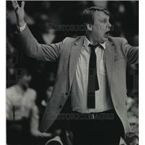 1985 Press Photo Coach Don Nelson of the Bucks dispute foul call. - mjt11677