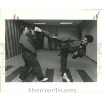 1989 Press Photo Gary Reyolds and Chris Angelo practice karate in Sharpstown