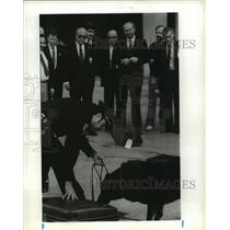 1989 Press Photo Senator Phil Gramm & others view security dog, Houston Airport