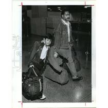 1991 Press Photo Tanbeer Abbasi and son Rahim carry bags at Houston airport