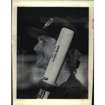 1992 Press Photo Milwaukee Brewers Robin Yount holding weighted baseball bat.
