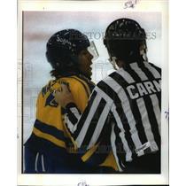 1992 Press Photo Mats Naslund of Sweden's Hockey team & Referee, 1992 Olympics