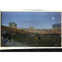 1993 Press Photo Green Bay Packer Reggie White leaves Lambeau Field. - mjc32889