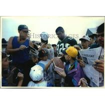 1993 Press Photo Reggie White works way through a swarm of Green Bay Packer fans