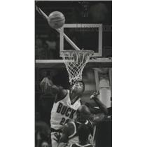 1994 Press Photo Milwaukee Bucks basketball's Johnny Newman swats rival's shot