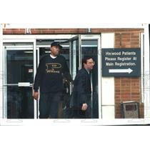 1994 Press Photo Milwaukee Bucks basketball player Glenn Robinson leaves clinic
