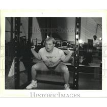 1988 Press Photo Weightlifter Jesse Kellum Demonstrates Lifting Prowess