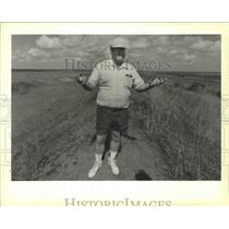 1990 Press Photo Environmentalist Richard Coleman Atop Kissimmee River Levee