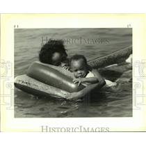1988 Press Photo Mother And Son Escape Heat In Polluted Lake Ponchartrain