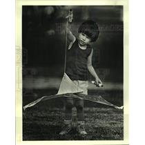 1987 Press Photo Derek Chaplain flying his kite at Parc Chenier in Chalmette