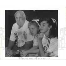 1994 Press Photo Benny Labourdette sitting with Chalmette Owl volleyball players