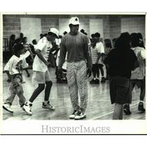1993 Press Photo Football player Johnny Meads at Coalition kids fooball clinic