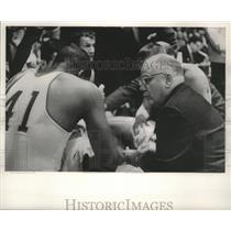 1962 Press Photo Marquette coach Ed Hickey speaks to guard Dick Nixon about play