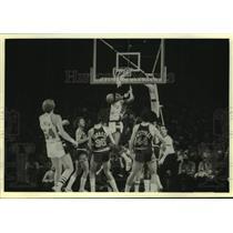 1979 Press Photo Bucks basketball's Marques Johnson dunks ball during game
