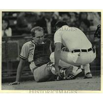 1984 Press Photo Butch Wynegar injured during baseball game against the Brewers