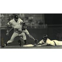 1987 Press Photo Brewers baseball's Steve Kiefer tagged out by Fred Manrique