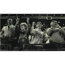 1987 Press Photo Milwaukee Brewers baseball fans celebrate their team's victory