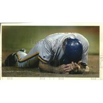 1993 Press Photo Frustrated Brewers baseball player Dickie Thon on the ground