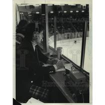 Press Photo Hockey announcer Dave Strader watches game in broadcasting post