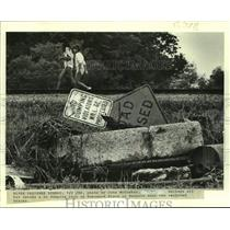 1986 Press Photo Litter found on Homewood Place in Reserve near railroad tracks