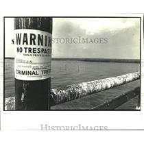 1987 Press Photo Posted sign on barricade at entrance of Bay Jeffus - nob68174