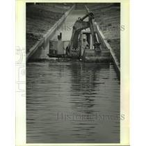 1989 Press Photo Wayne Gaudin Operates Backhoe In Magellan Canal Levee Project