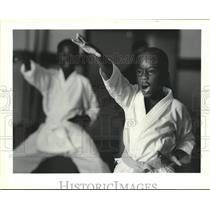 1990 Press Photo Brent Moses practices martial arts at Desire Community Center