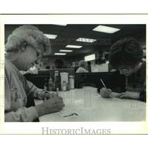 1992 Press Photo Mother & Daughter Fill In Lotto Tickets, Stumpf's Luncheonette