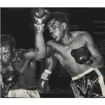 1958 Press Photo Tommy (Hurricane) Jackson hits Julio Mederos with a hard right.