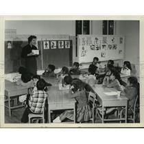 1961 Press Photo Virginia Baxley teaching in Alabama-Coushatta Texas classroom
