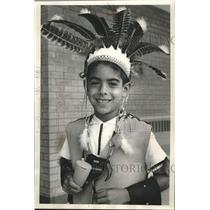1964 Press Photo An Indian Hill school student wears Native American headgear