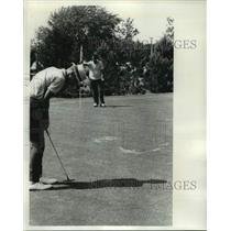 1965 Press Photo Mark Bemowski's final putt to win Sentinel County tournament