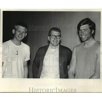 1969 Press Photo Badger Oarsmen Philipsen and Iverson with Coach Jablonic