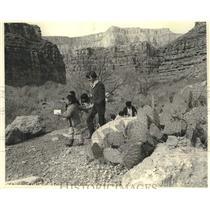1970 Press Photo Havasupai children lead Terry Eiler on a field trip, Arizona