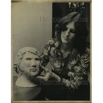 Press Photo Volleyball Player Cindy Vordenbaun Works on Sculpture - sas19695