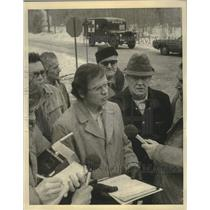 1975 Press Photo Menominee Peoples Committee talk to press during demonstration