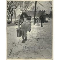1975 Press Photo An evacuated Menominee Native American woman leaves the bus