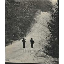 1975 Press Photo Police walk to Alexian Brothers estate held by Native Americans