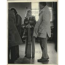 1975 Press Photo Woman waiting in line with gun case. - mjc37458