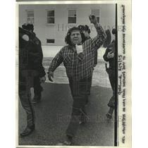 1975 Press Photo Shawano-Neil Hawpetoss going to courthouse for arraignment