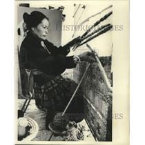 1975 Press Photo Irene Tsosie Weaves Rug on Loom at Her Home in Window Rock