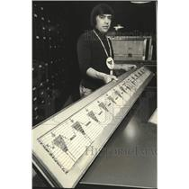1975 Press Photo Philip Tarbell with Iroquois wampum belt at New York museum