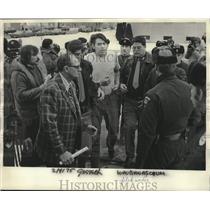 1975 Press Photo Menominee Warrior Society member John J. Waubanascum arrested