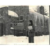 1976 Press Photo Carol Baker Chippewa, waits for bus in front of New Post Center