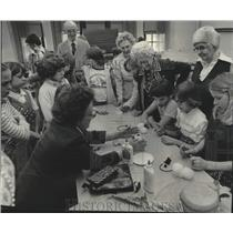 1977 Press Photo Wauwatosa Girl Scouts in a senior citizen program - mjc38618