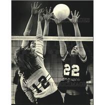 1980 Press Photo Katie Van Derhoef and Cindy Paulick of Marquette block shot.
